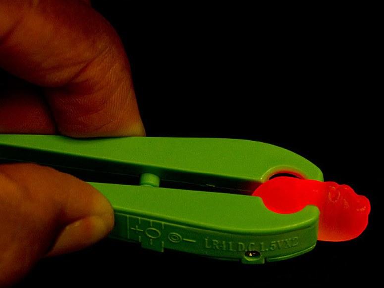 پاستیل های کرم شبتاب برخی عادت دارند با غذای خود بازی می کنند، شاید یکی از خوراکی هایی که بتواند راحت با آن بازی کنند، پاستیل هایی باشد که وقتی با انبر آنها را فشار می دهید، همانند کرم شبتاب می درخشند.
