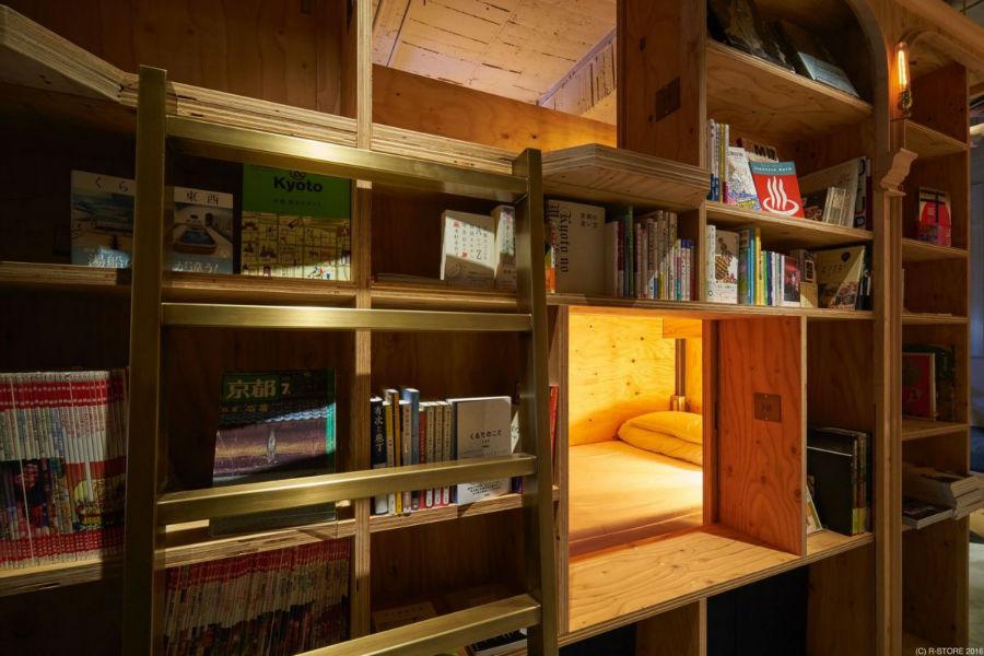 هر کدام از اتاقک ها، چراغ مطالعه نیز دارند.
