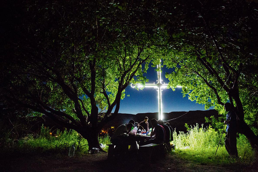8- روستائی های ساکن در باگاران در کشور ارمنستان در زیر درختان زردآلو پیک نیک کرده و موسیقی های فرهنگی زیر لب زمزمه می کنند.