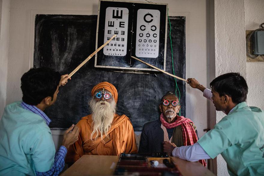 9- چشم پزشک ها در حال گرفتن تست بینائی از اهالی روستای سانداربانز در کشور هند هستند. هدف از این کار پیشگیری از کوری مردم هند است که حدود 8 میلیون نفر از جمعیت این کشور را به خود اختصاص داده اند.