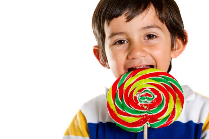 child-with-lollipop-w700
