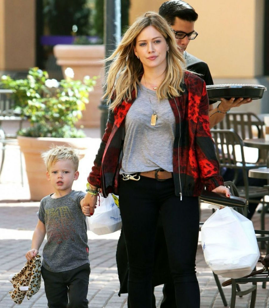 hilary-duff-and-her-son-for-buying-some-sushi-in-los-angeles_1-w900