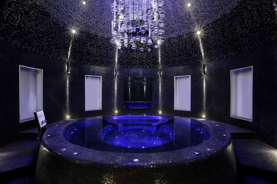 این اتاق همچنین، اسپای خصوصی خود را دارد که شامل وان آبگرم در زیر یک گنبد زیبا، حمام ترکی و سونا می شود.