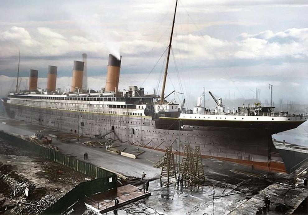 عکس کشتی تایتانیک در زمان ساخت. این کشتی توسط کمپانی هارلند اند ولف در بندرگاهی واقع در کوئینز آیلند در بلفاستِ کشور ایرلند ساخته شده است.