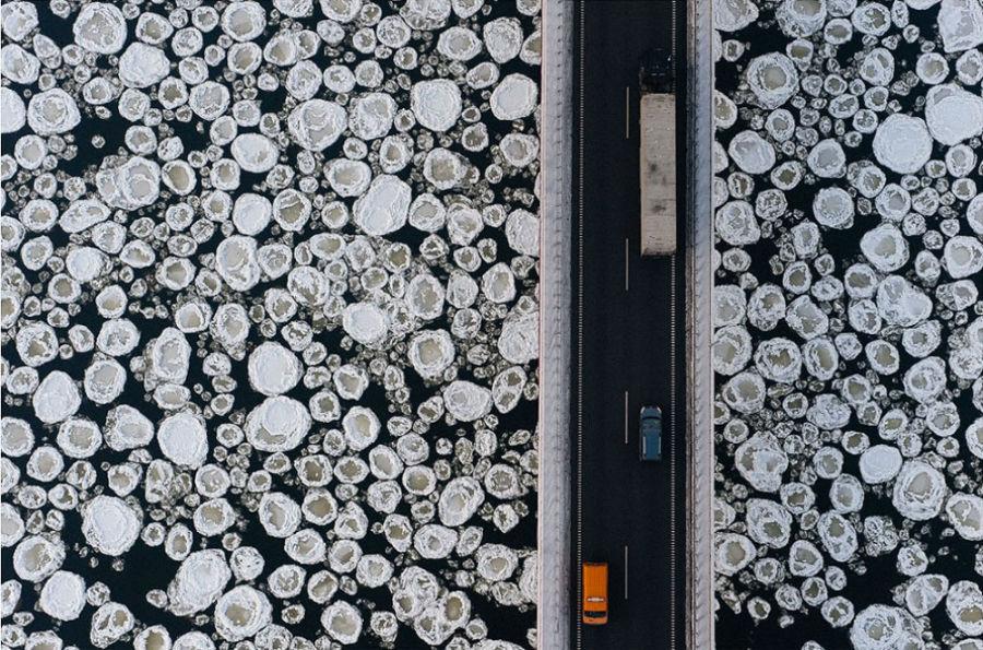 پل روی رودخانه ی یخ زده