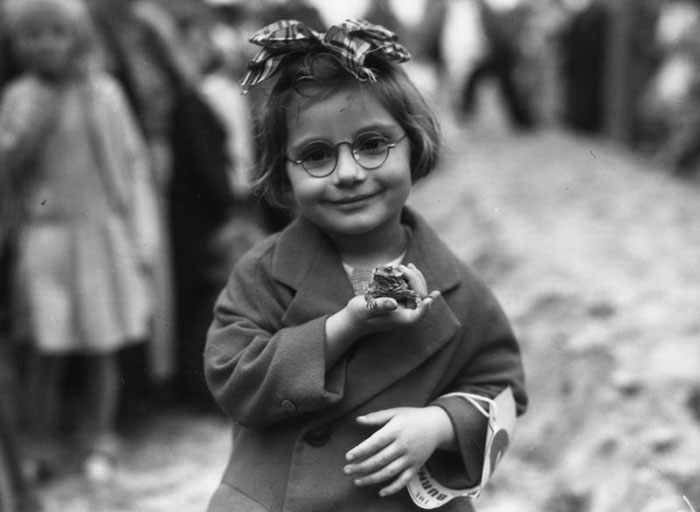 دختربچه و حیوان خانگی موردعلاقه اش در ساحل ونیز در کالیفرنیا - 1936