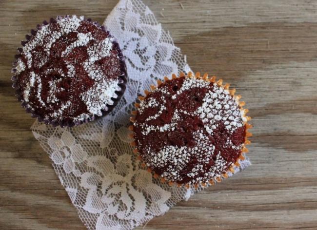 اگر کاپ کیک تهیه کرده اید و نمی دانید چگونه آن ها را تزئین کنید، پیشنهاد می کنیم تا یک تکه پارچه گیپور یا پرده ای برداشته، آن را روی کیک قرار دهید و سپس پودر قند را روی آن الک کنید. به این ترتیب، طرح پارچه روی کیک می افتد. از شابلون های آماده هم می توانید برای این منظور استفاده کنید.