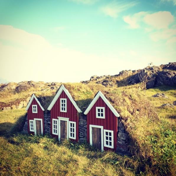 با بررسی مدارک یافت شده از سال 1988 میلادی، مردم ایسلند به وجود جن و پری اعتقاد دارند. بر اساس نوشته های باقی مانده از آن زمان، جن های آتلانتیک در اندازه های مختلف از چند سانتی متر تا سه متر قد دارند. گاهی پیش می آید که در خانه های چندطبقه ساکن می شوند. اگر شما آن ها را به حال خود رها کنید، به دنبال پیدا کردن کسب و کار خودشان خواهند رفت.
