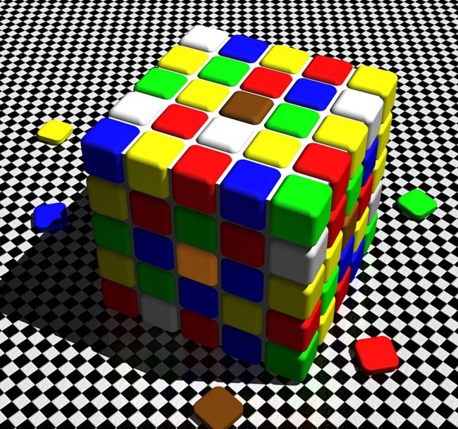 مربع های قهوه ای و نارنجی که در بالا و کناره مکعب می بینید هر دو یک رنگ دارند.