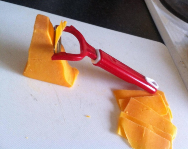 احتمالا فکر می کنید که چرا این ایده ساده به ذهن خودتان نرسیده بود! وقتی با پوست کن می توان برش های نازکی از هویج و سیب زمینی و خیار داشت، چرا از آن برای بریدن پنیرهای نرم استفاده نکنیم؟ با این وسیله ساده که در همه خانه ها پیدا می شود، می توانید خودتان به میزان لازم پنیر ورقه ای تهیه کنید.