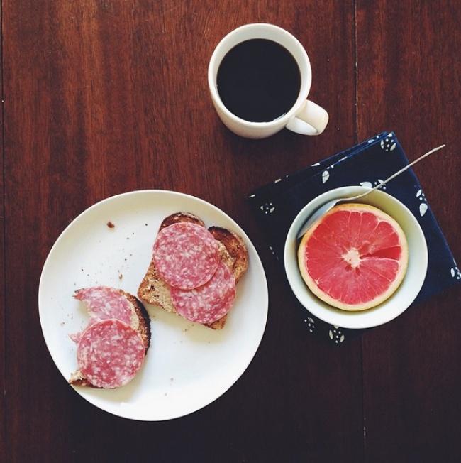 میوه و نان تست به همراه کره و سالامی