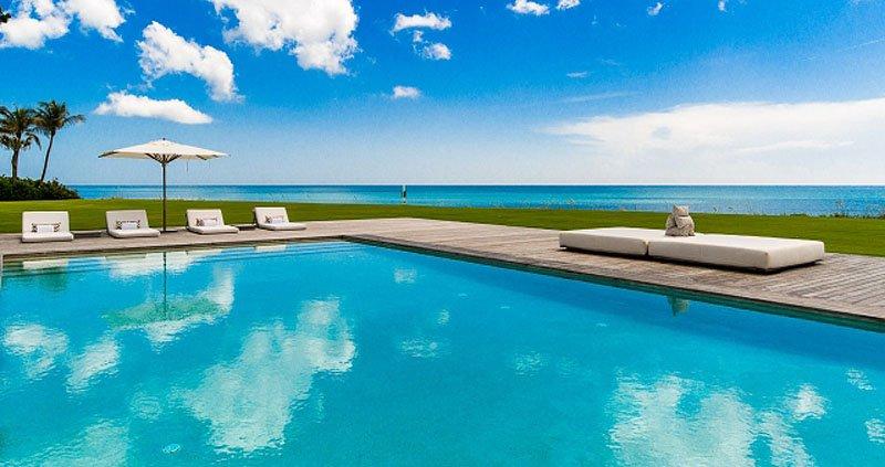 این خانه 3 استخر مجزا با چشم انداز اقیانوس دارد.