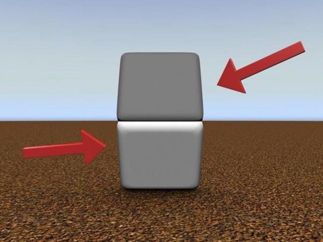مربع پائینی روشن تر به نظر می رسد این طور نیست؟ با کمک دست، خط افقی که میان دو مربع وجود دارد را بپوشانید تا ببینید که هر دو یک رنگ دارند.