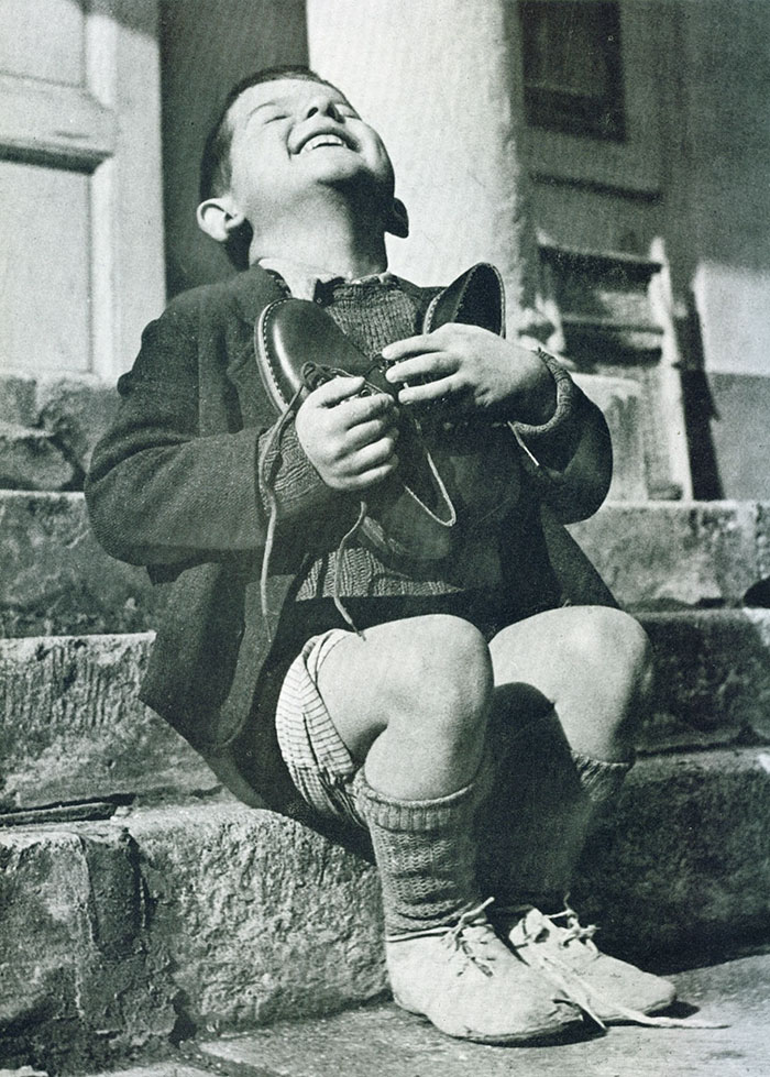 پسر اتریشی در طول جنگ جهانی دوم، کفش های نو هدیه گرفته است.