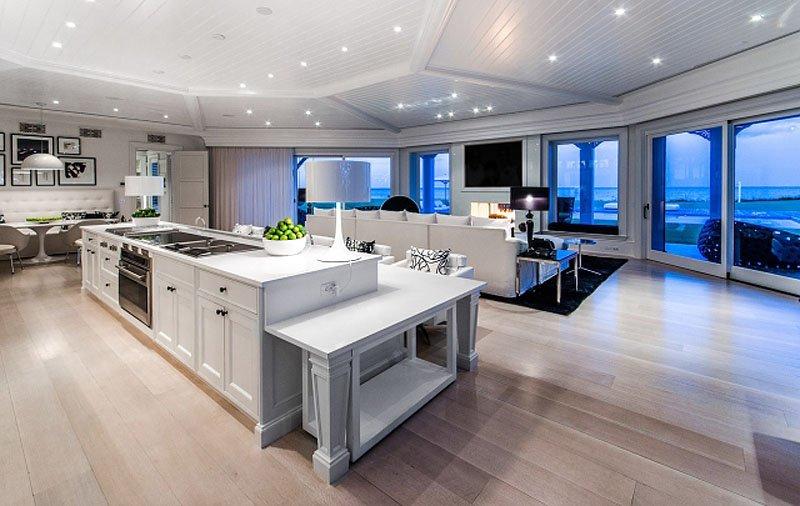 خانه اصلی دو آشپزخانه دارد. گزینه ای که در تصویر می بینید به فضای غذاخوری نزدیک است.