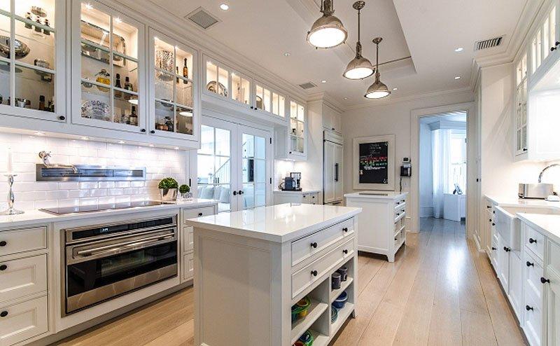 آشپزخانه سرپیشخدمت که فضای ذخیره سازی زیادی دارد.