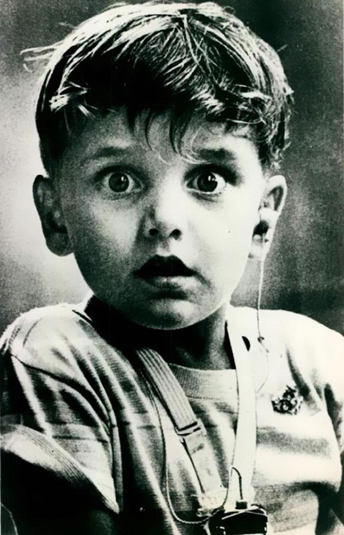 تصویر ثبت شده از هارولد ویتلز که برای نخستین بار با کمک سمعک توانایی شنیدن پیدا می کند. 1974