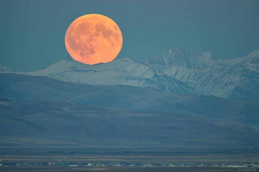 ماه کامل در مرز بین آلتایی و مغولستان
