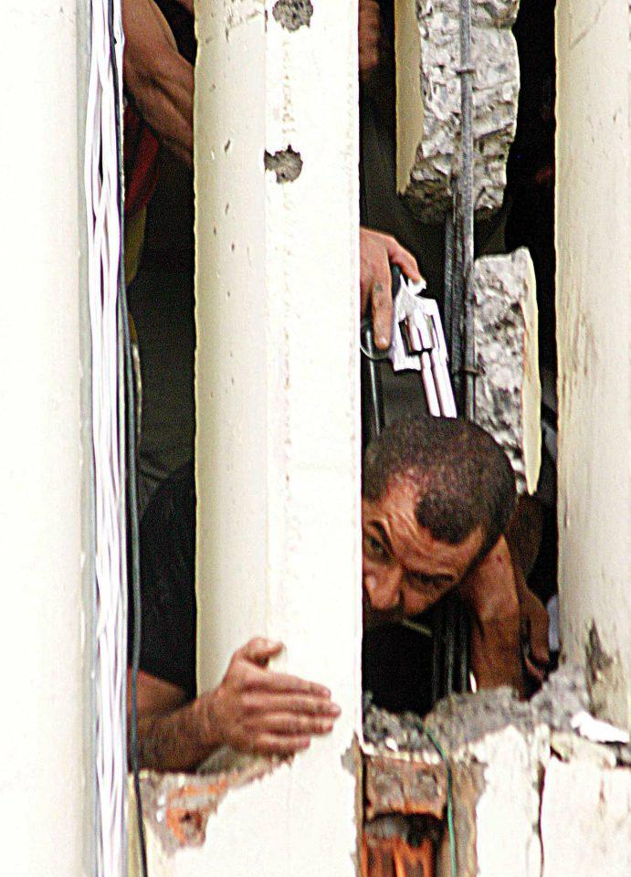 زندانی که در طول شورش زندان لادمیر در سال 2006، یکی از کحافظان زندان را گروگان گرفته است.