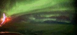 نمایش پدیده زیبا و شگفت انگیز شفق قطبی در کشور ایسلند از ارتفاع ۳۵ هزار پایی [تماشا کنید]