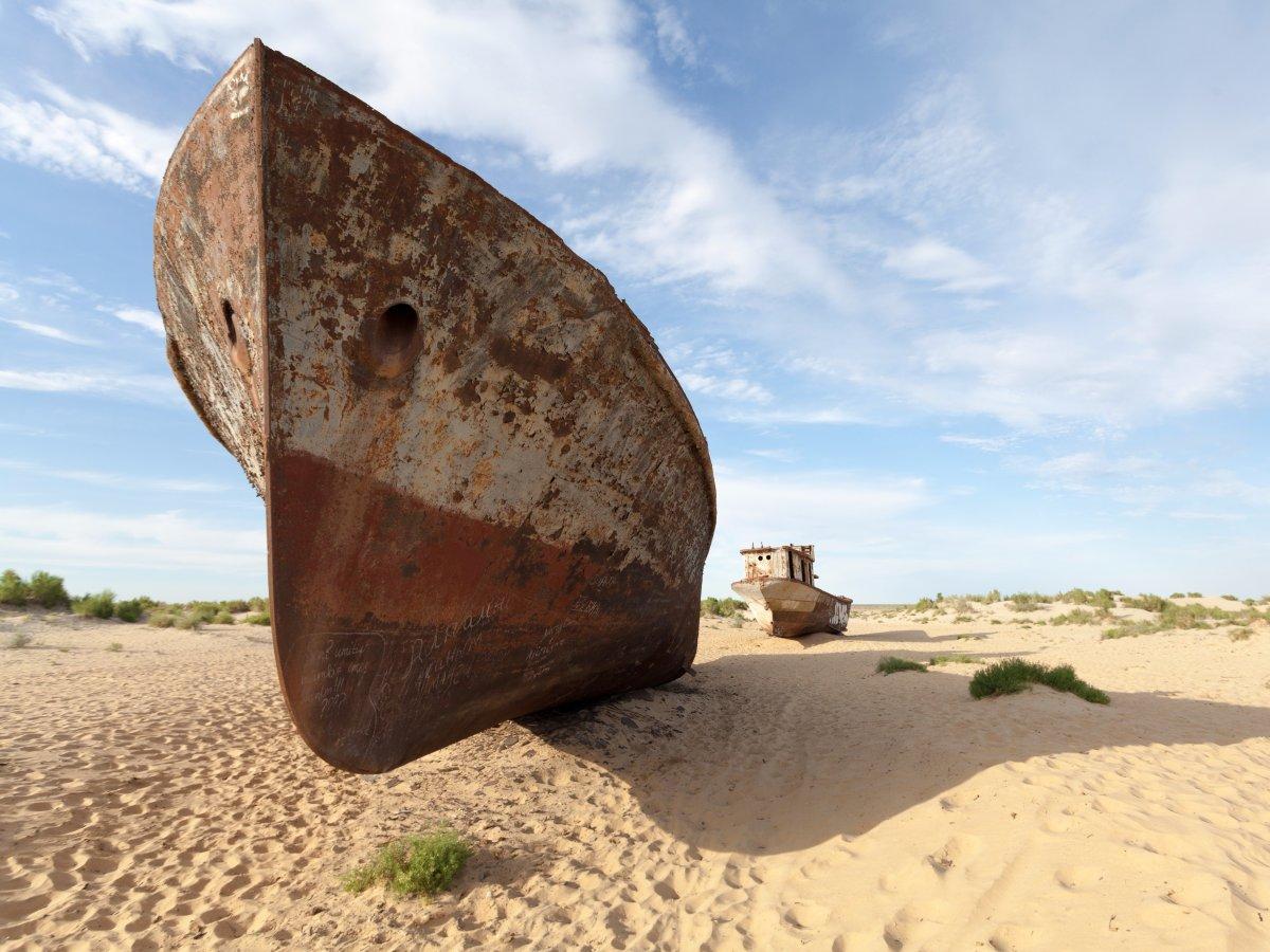 یکی از 4 دریاچه بزرگ جهان که بیش از 68 هزار کیلومتر مربع مساحت دارد، یعنی دریاچه آرال پس از پروژه انحراف رودخانه ها توسط دولت شوروی خشک شد.