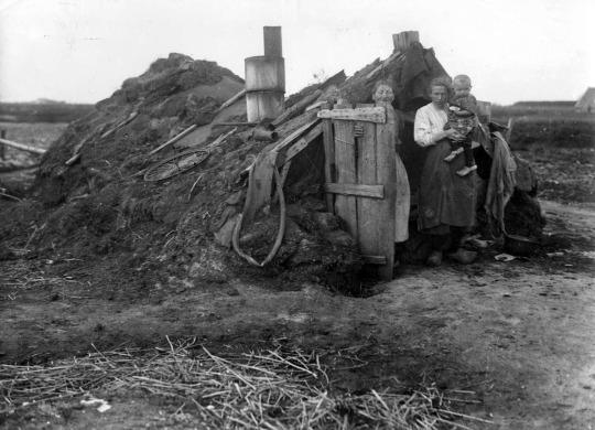 قبل از جنگ بسیاری از خانواده های هلندی مجبور بودند در خانه هایی در زیر خاک زندگی کنند - درنته، هلند، 1936 میلادی