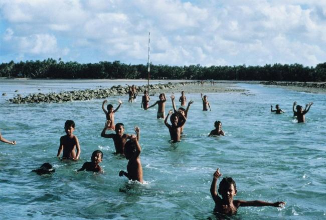 مردم تووالو در جزیره پلی نزی با قرار دادن گونه ها روی یکدیگر، به هم سلام می کنند.
