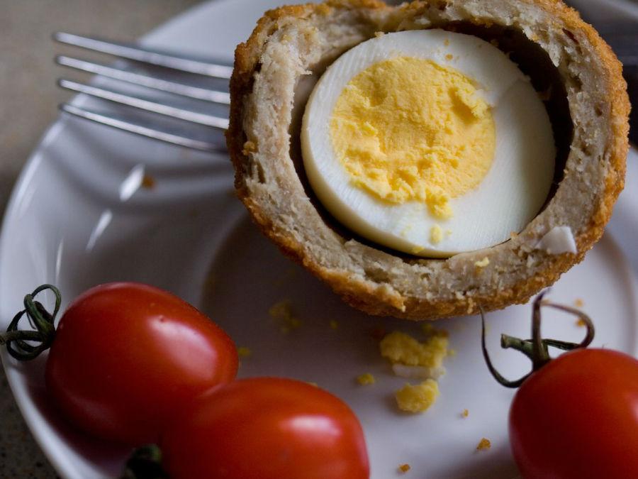 این تخم مرغ در انگلیس از بیشترین محبوبیت برخوردار است و برخلاف نامش، از اسکاتلند نیامده. این غذا در واقع یک تخم مرغ آب پز است که درون سوسیس و نان گذاشته شده و در روغن سرخ می شود.