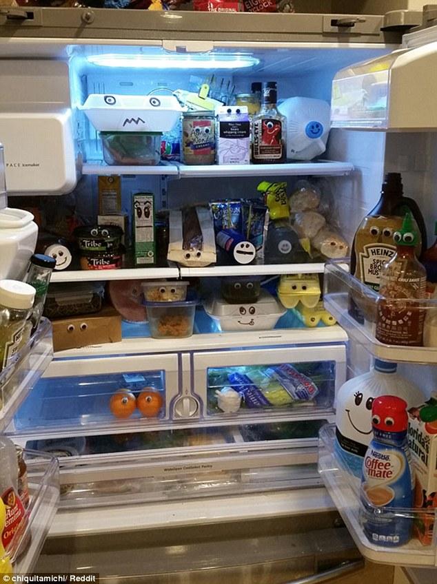 این خانم برای سوپرایز کردن همسر خود روی همه وسایل داخل یخچال چشم و لب و دهان کشیده است.