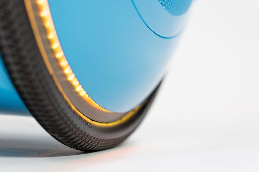 به دلیل داشتن چرخ های لاستیک، از سالم ماندن وسایل خود درون آن مطمئن خواهید بود زیرا کمترین لرزش و تکان را ایجاد می کند.