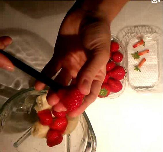 11- از نی برای جدا کردن ساقه و برگ های توت فرنگی استفاده کنید.