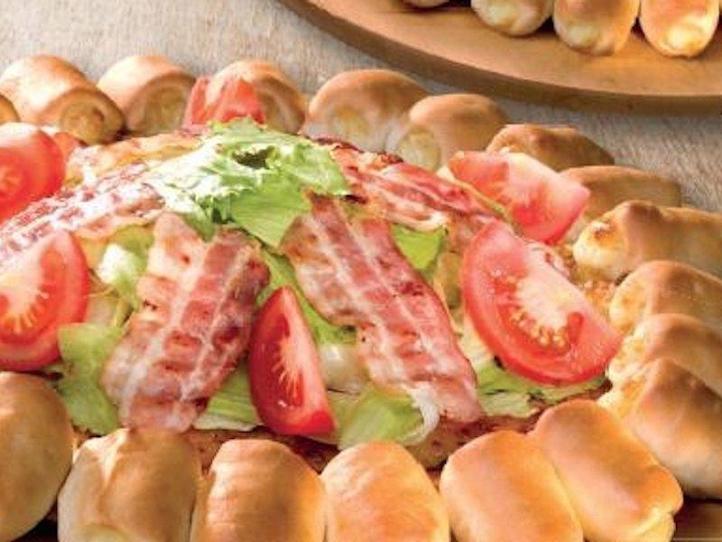 پیتزا هات در مجارستان، روی خمیر پیتزا سالاد گذاشته و سرو می کند.