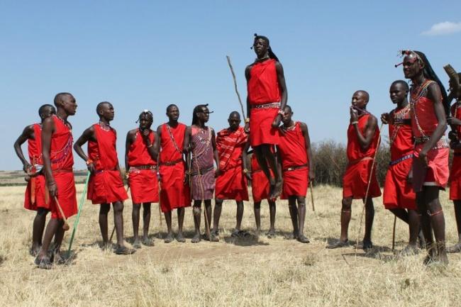 اهالی قبیله ماسائی در کشور کنیا، مهمان جدید خود را به مراسم رقص دعوت می کنند. در این مراسم، آن ها به حالت دایره دور هم ایستاده و با هم برای اینکه ببینند چه کسی می تواند در ارتفاع بالاتری بپرد، به رقابت می پردازند.