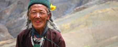 مردم تبت در لحظه دیدار زبان خود را مقداری بیرون می آورند تا نشان دهند که زبان آن ها همانند پادشاه ظالم قرن نهم میلادی در تبت نیست و روح او در بدن آن ها حلول نکرده است.