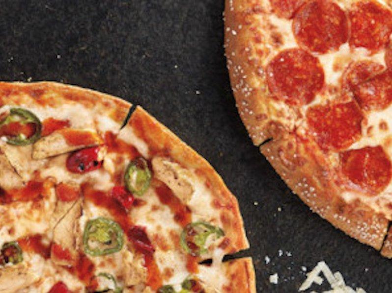 مشتری های پیتزا هات می توانند از میان طعم های چوب شور، عسل، کاری، چدار دودی، زنجبیل و ... گزینه دلخواه خود را برای طعم خمیر انتخاب کنند.