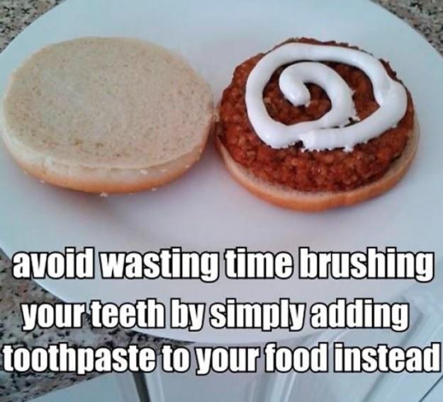 به جای وقت تلف کردن برای مسواک زدن، خمیر دندان خود را روی غذا ریخته و هم زمان هم غذا بخورید و هم دندان هایتان را بشوئید.