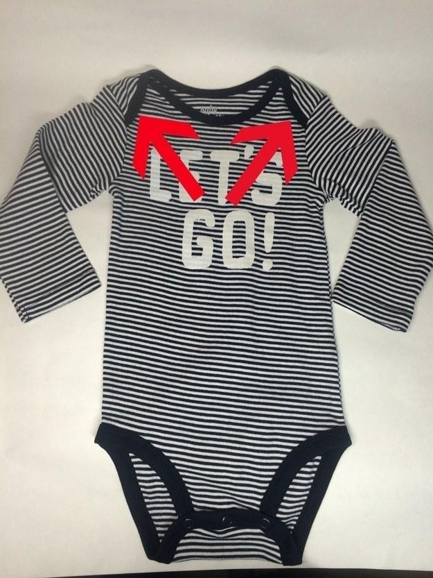 19- در قسمت یقه لباس های یکسره کودکان دو بخش تا شده وجود دارد که با برگرداندن آن ها می توانید لباس را جای اینکه از بالا در بیاورید، از پایین دربیاورید که اگر کودک در لباسش خرابکاری کرده بود، همه بدنش کثیف نشود.