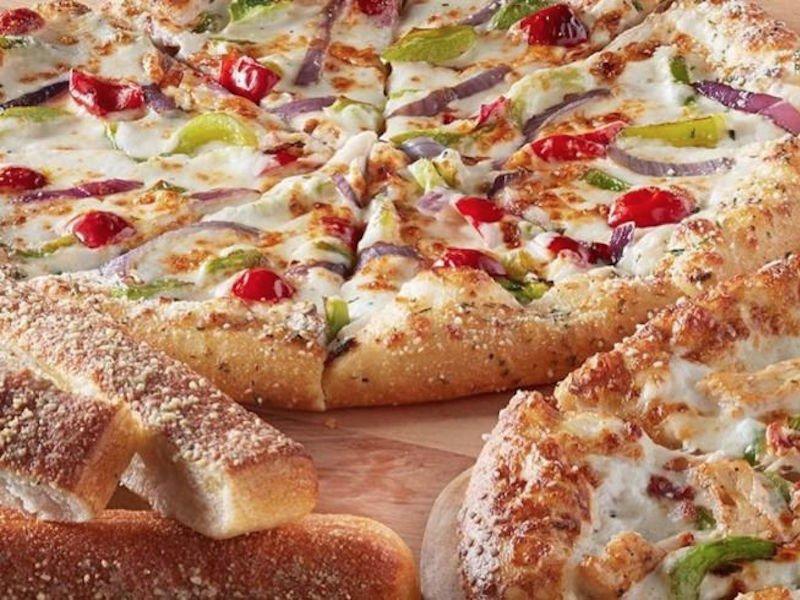 درون خمیر پیتزا حجم زیادی پنیر و بیکن وجود دارد که آدم می خواهد این خمیر را خالی بخورد.