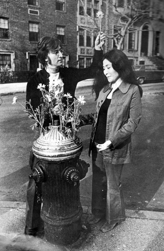 جان لنون و یوکو اونو در فضای سبز آپارمان روستایی خود در سال 1971