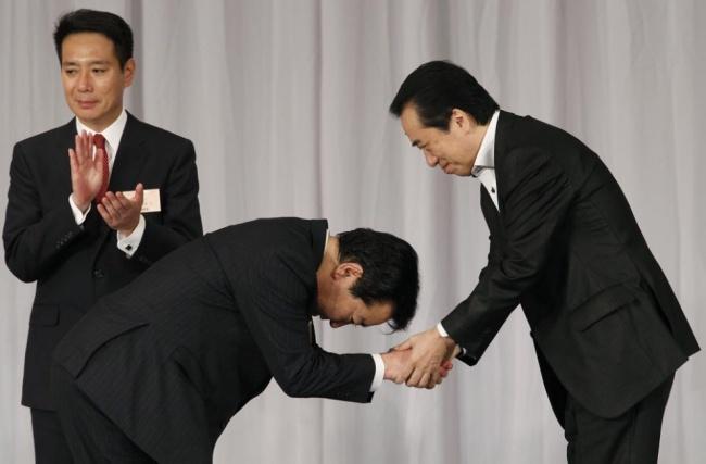 ژاپنی ها با تعظیم کردن در مقابل یکدیگر به هم سلام می کنند. میزان خم شدن و مدت زمان آن به مکان و شخص مقابل بستگی دارد.
