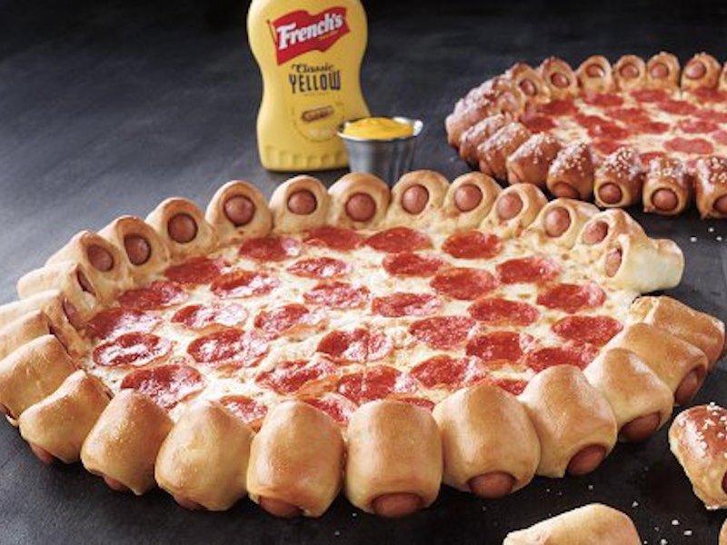 اگر هات داگ را به برگر ترجیح می دهید، بدون شک این گزینه مناسب تری برایتان محسوب خواهد شد، زیرا در اطراف پیتزایی که سفارش داده اید، دایره ای مملو از هات داگ های کوچک که در رول نان برشته شده اند، خودنمایی می کنند.