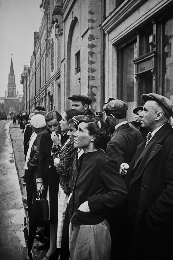اگنی خالدی. نخستین روز از جنگ. مسکو، 22 ژوئن 1941. خیابان 25 اکتبر ساعت 12 ظهر. شهروندان در حال گوش کردن به مولوتوف در مورد آغاز جنگ هستند.