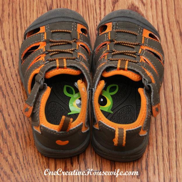 21- برای اینکه کودکان بدانند که کدام کفش را باید به کدام پای خود بپوشانند، یک استیکر را از وسط دو نیم کنید و هر کدام را در بخش داخلی کفش بچسبانید.