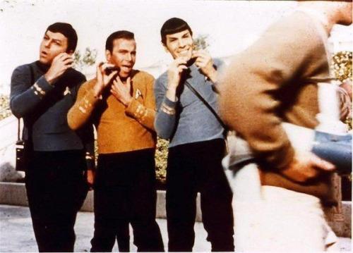 کلی، شاتنر و نیموی برای تراشیدن صورت خود را در یکی از صحنه های فیلم پیشتازان فضا ژست گرفته اند، 1968