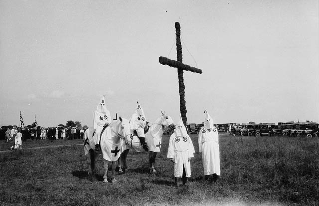 اعضای گروه Ku Klux Klan در زمینی در کینگستون، اونتاریو در سال 1927