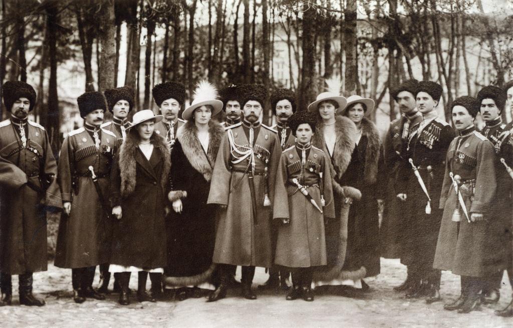 قزاق ها، هم رکاب امپراتور نیکولاس دوم و خانواده اش ایستاده اند.