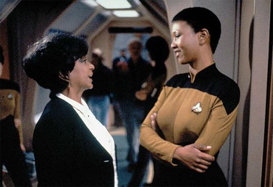 می کارول جمیسون، نخستین زن آمریکائی-آفریقایی فضانورد در حال صحبت با نیچل نیکولز، هنرپیشه پیشتازان فضا - 1993