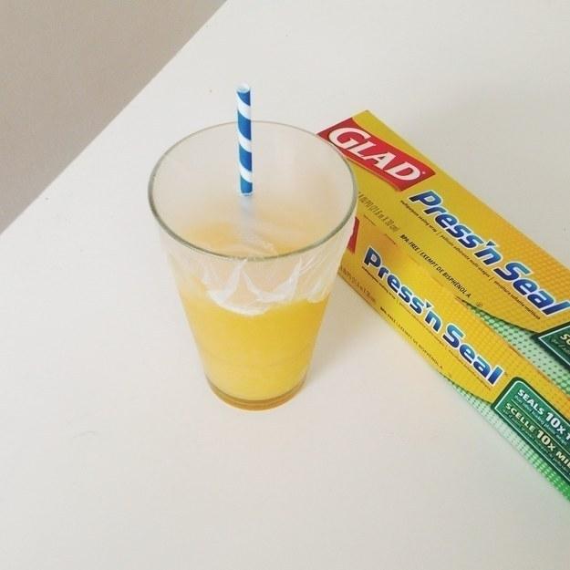 28- برای اینکه از ریخته شدن آب میوه از لیوان پیشگیری کنید، بهتر است یک لایه کیسه پلاستیکی چسب دار یا سلفون روی لیوان بکشید.