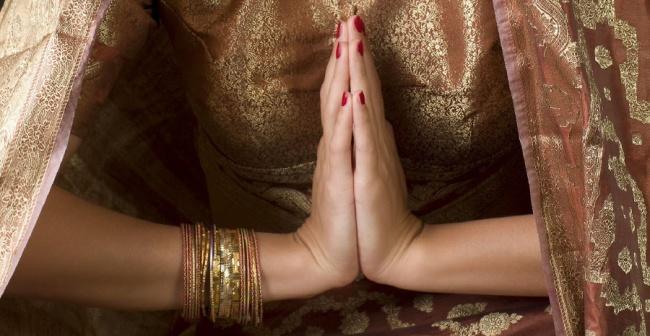 هندی ها، دست های خود را روی سینه آورده، کف آن ها را به هم می چسبانند به طوری که انگشتان رو به بالا قرار دارند و سپس واژه ی «ناماسته» را بیان می کنند.
