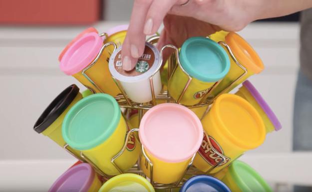 3- قوطی های بستنی لیوانی یا کیک را نگه داشته و آنها را درون یک پایه لیوان گردان قرار دهید و اسباب بازی های ریز فرزند خود را درون آن ها بریزید.